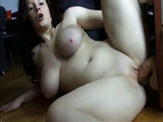 nena en una gran polla de goma