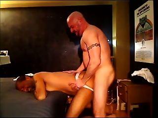 papá folla a pelo y le bate el culo