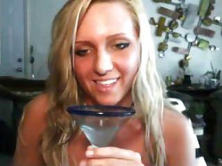 niña traviesa le gusta beber su propio jugo