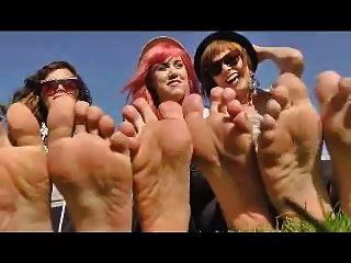 3 chicas quitan sus zapatos para mostrar sus pies