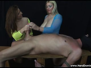 2 chicas con tetas enormes examinar una polla durante el sexo femenino handjob