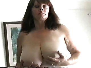 milf madura con grandes tetas frotando su coño