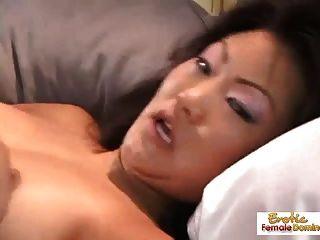 asiática puta juega con ella misma y se folla super duro