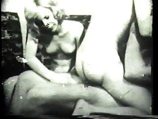 kinky brunet deepthroats una polla blanca gruesa en el clásico porno