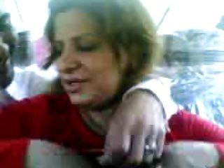 la prostituta iraquí muestra tetas y besa a un chico