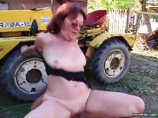 abuelita pelirroja follada en el patio trasero