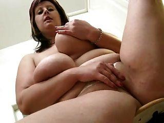mamá gordita muestra su cuerpo en la cocina