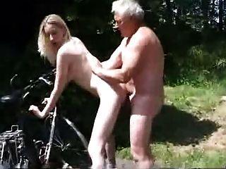 joven motociclista pedir ayuda al anciano