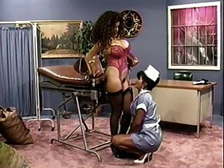 busty enfermera le da a su paciente tetona un cheque (clásico)