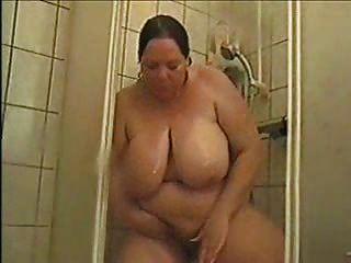 alemán bbw astrid toma una ducha y se frota coño