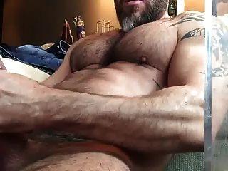 str8 bear stoke mientras ve la pornografía