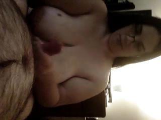 la mujer da mamada obtiene semen en las tetas