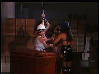 2 amantes jugando con un esclavo de tetas grandes