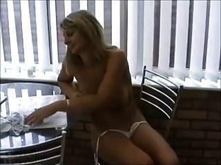 Milf caliente en bikini jugando con las tetas y el coño