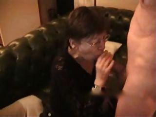 mujer mayor recibe semen en la cara y el pecho