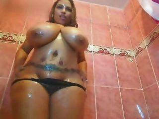 chick haciendo un show de ducha