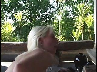 blonde blonde blanqueado se pone de rodillas y chupa polla negra gruesa luego folla