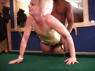 caliente rubia mujer medias distraer hombre negro con bbc