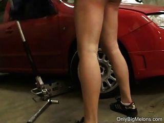 el mecánico shione cooper se ensucia en el garaje