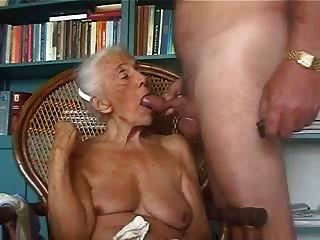 vieja abuela ama chupar polla joven