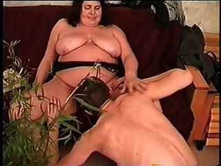 madrastra gorda con las tetas flacas, el coño peludo y el individuo