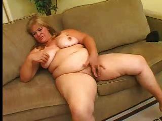 rubia grasa masturba su coño peludo