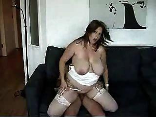 La joven y gordita Milf quiere ser una actriz porno.