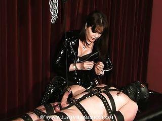 domina ordeñando a su esclavo, mientras la cara le sentaba