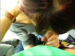 asombroso nerd chick dando mamada en una tienda