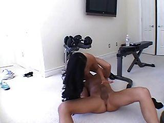 sexy asiática follada en la sala de ejercicios