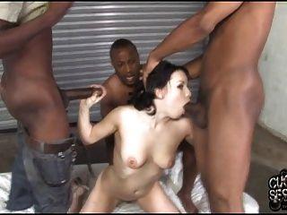 atado cuckold viendo su esposa propiedad de la banda negra