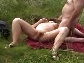 abuela en una playa masturbándose para voyeurs