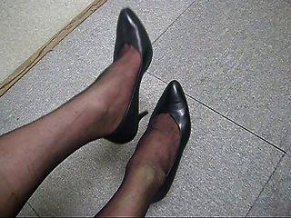 cum en las piernas del pantyhose b01