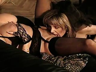 dos mujeres maduras en ropa interior negra