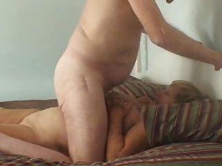 abuelo y abuela disfruta en la cama