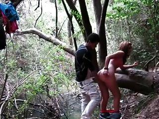 yo y mi amante disfrutando ardiente trasero golpeando en el bosque