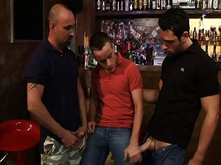 dos pernos y un twink a pie en un bar ...