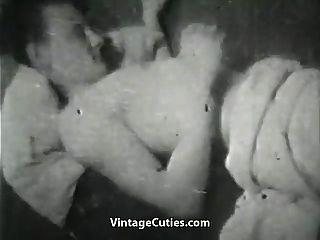 esposa insatisfecha jugando con una enorme polla (1950 vintage)