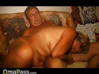 omapass anciana masturbándose su coño con el juguete y la succión