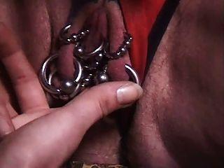 abuela perforada con un montón de piercings genitales fisted