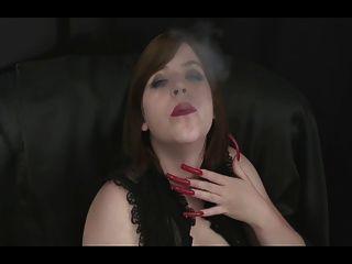 caliente babe fumar con uñas largas sexy