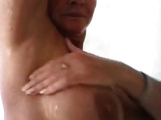 mujer madura sexy en la ducha