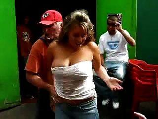 sucio anciano jugando un juego de bebidas alcohólicas divertido con la señora caliente