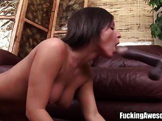 busty morena juega con la máquina de mierda