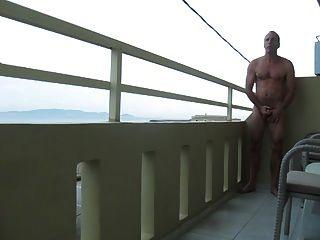 str8 hombres juegan en el balcón del hotel