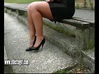 stiletto nena karen con el zapato de fetiche burlas en tacones altos