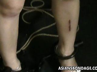 adolescente asiática se tantea y empujado por su maestro nerdy