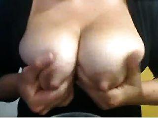 grandes pezones en la lactancia chica de la leva que chupa y escupe