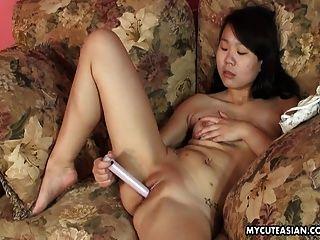 asiática mejillas dulces puta toying su coño mojado