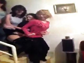 chicas árabes muestran correas mientras bailan 2015